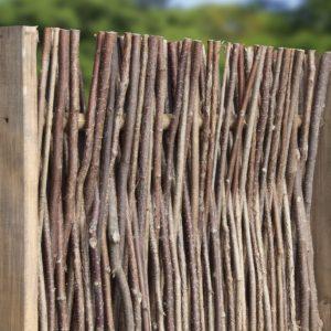 Haselnusszaun mit seitlichem Holzrahmen